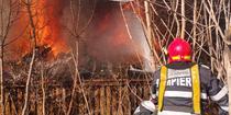 Pompieri la incendiu