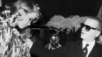 Karl Lagerfeld și fotomodelul Claudia Schiffer