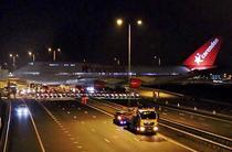 Boeing 747 traverseaza o autostrada