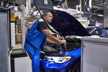 Angajat BMW pe linia de fabricatie in Munchen