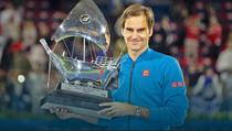 Roger Federer si trofeul de la Dubai