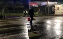 Barbatul care arunca apa si ulei in Dambovita