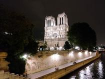 Notre Dame vazuta noaptea