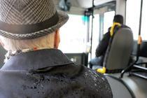 Bătrân în autobuz