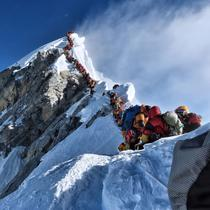 Ambuteiaj pe Everest (foto - Nirmal Purja)