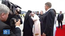 Papa Francisc saruta crucea