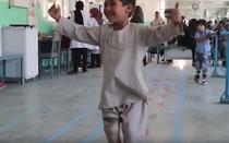 Copil ce si-a pierdut piciorul in razboiul cu talibanii