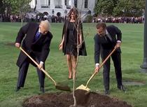 Trump si Macron plantand un stejar