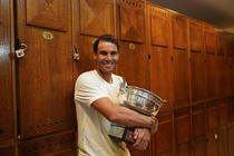 Rafael Nadal si trofeul de la Roland Garros