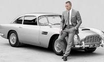 James Bond (Daniel Craig) si automobilul sau