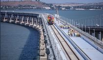 Instalarea sinelor de cale ferata pe podul Crimeii