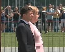 Merkel incercand sa isi oprească tremuratul