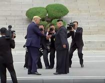 Trump pune piciorul in Coreea de Nord si da mana cu Kim Jong Un