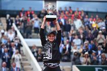 Ashleigh Barty si trofeul de la Roland Garros