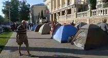 Corturi in fata ministerului de interne de la Chisinau