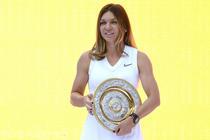 Simona Halep si trofeul de la Wimbledon