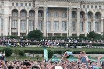 Spectatori la Bon Jovi de pe esplanada Casei Poporului