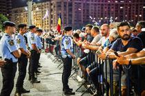 Jandarmerita vorbind cu un protestatar
