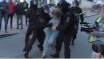 femeie lovita de jandarm rus