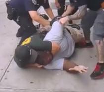 Eric Garner, retinut de politie (sursa: NY Daily News )