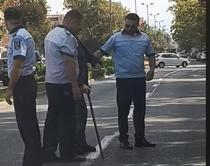 politistii si batranul