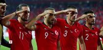 Salutul militar al jucatorilor turci