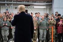 Trump alături de soldații americani