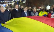 Iohannis si Orban tin steagul Romaniei alaturi de oameni