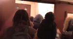Oameni intrand cu forta in teatrul din Paris