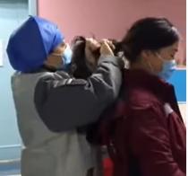 Asistentă căreia i se taie părul