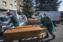 Sicrie cu victime ale coronavirusului din Italia