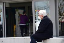 Italianasteptand sa intre la supermarket