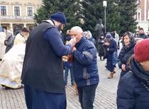 Credinciosi care se impartasesc la Cluj Napoca, in fata catedralei