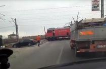 Tren oprit la bariera cat timp conductorul isi ia o cafea