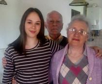Autoarea, împreună cu bunicii ei