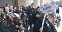 protest cu masti de gaze la Ministerul Mediului