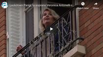 Veronica Antonelli canta de la balcon