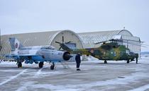 Un avion MiG 21 și un elicopter IAR 330 la baza aeriana de la Campia Turzii