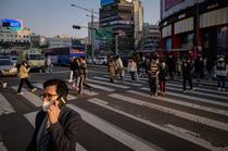 Oameni pe strada in Seul in timpul pandemiei de coronavirus