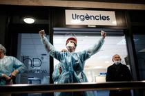 Doctor din Spania salută oamenii care au ieșit la balcoane să-i aplaude pe medici