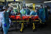 Bolnavi de coronavirus tratati de medici la spital