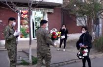 Asistenta medicala din Galati, intampinata cu flori de catre militari