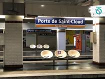 Scaune marcate intr-o statie de metrou din Paris
