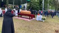 Sicriul cu trupul lui IPS Pimen, intampinat de zeci de oameni la Suceava