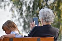 Bunica pe telefon