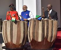 John Magufuli (dreapta)