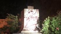 Soclul statuii lui Columb dupa vandalizare