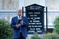 Donald Trump, la biserica (sursa foto-twitter)