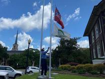 Inlaturarea steagului din fata primariei Laurel
