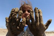 Copil afgan care muncește într-o fabrică de cărămizi